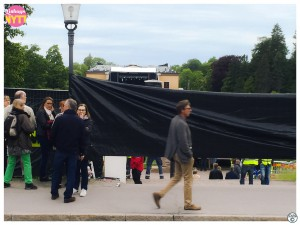 Svarta plast täckte för den annars så vackra miljön kring Uppsala slott och Botaniska trädgården då Mark Knopfler spelade i Uppsala.