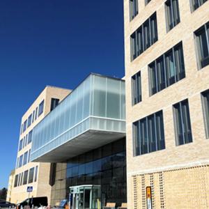 Nu kan man äntligen börja att flytta in i den nya vårdbyggnaden (ingång 100/ 101)
