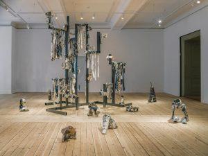 """Keramik, metall och """"maskulinitet"""" i centrum – Veronica Brovall i stor separatutställning på Uppsala konstmuseum"""